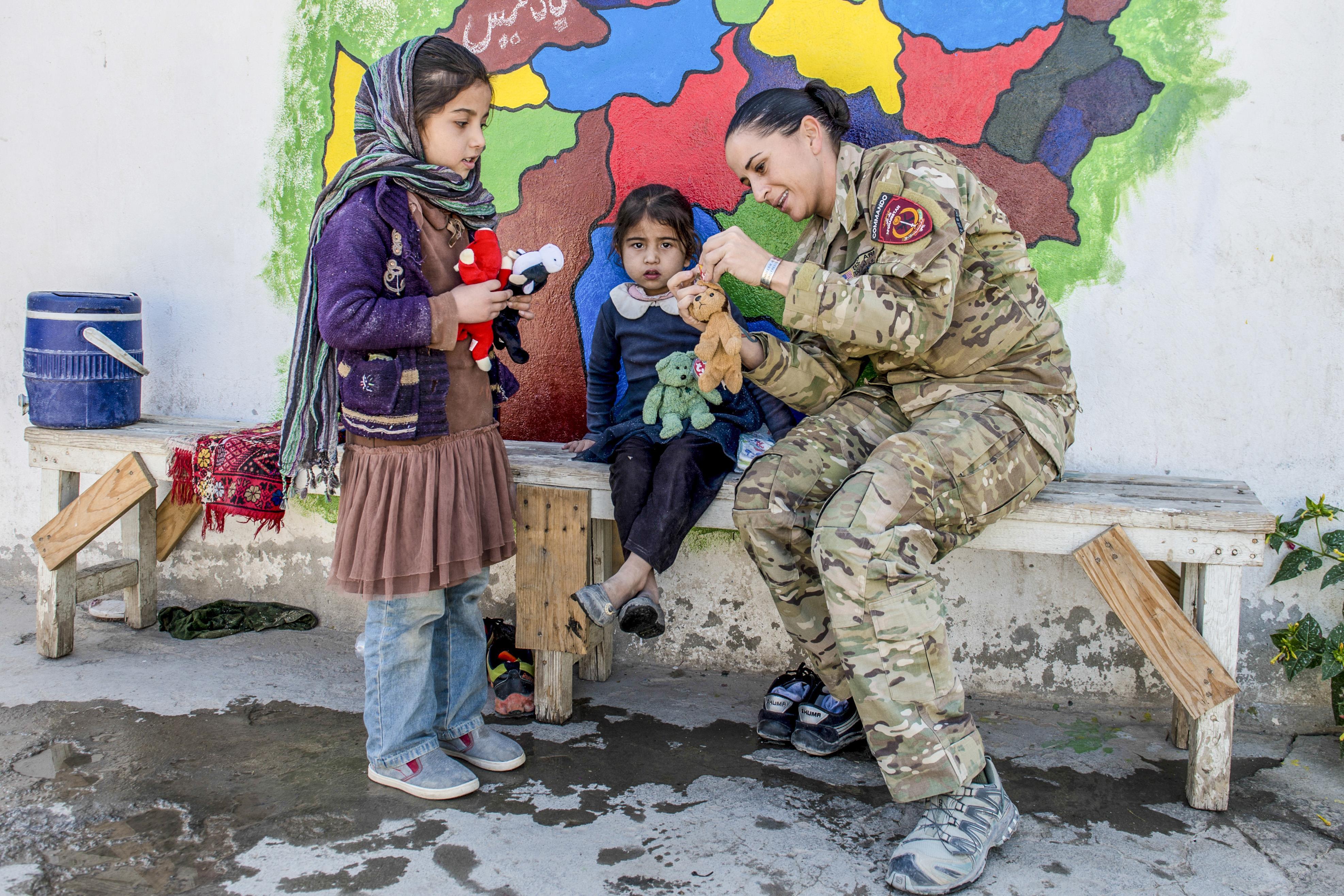 Afghan Commandos provide a helping hand
